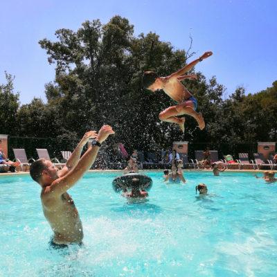 Een camping met verwarmde zwembaden en waterpark vlakbij Hyères.