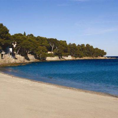 Het uitgestrekte strand van Le Lavandou