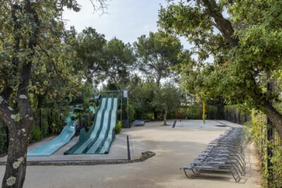 Waterpark kinderen zwembad waterglijbaan waterspelletjes familie