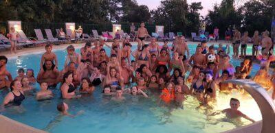Avond zwembad pool party animatie familie en vrienden