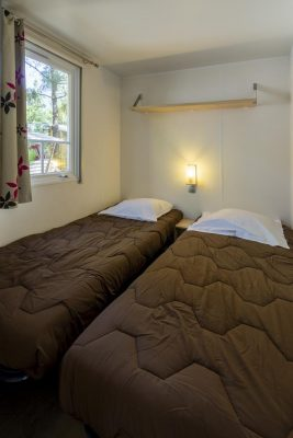 Slaapkamer met tweepersoonsbed in stacaravan Avantage® met simpel comfort voor een klein prijsje