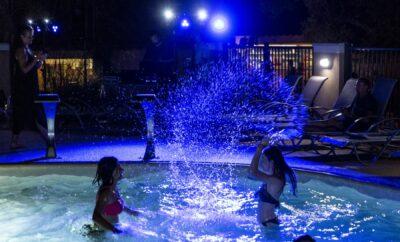 Verwarmde zwembaden met glijbanen en waterspelen voor het hele gezin