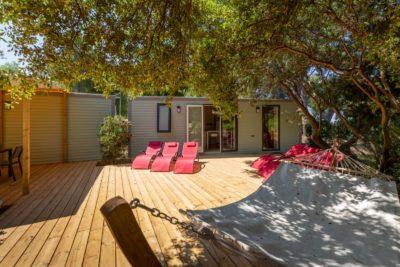 Spa jacuzzi, ligstoelen, beschaduwd terras voor dit vakantieverblijf voor 10 personen op een camping in de Var